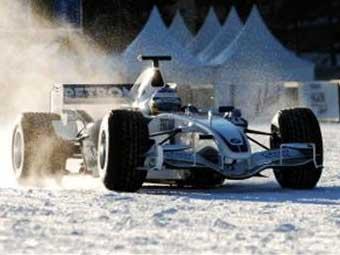 """Ник Хайдфельд прокатился по льду на болиде """"Формулы-1"""""""