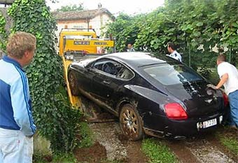 Водитель Bentley попал в ДТП в канаве