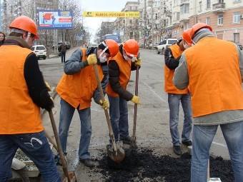 Во Владивостоке автолюбители показательно починили дорогу