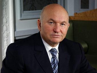 """Лужков предложил улучшить качество топлива """"нестандартными мерами"""""""