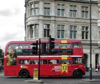Английский двухэтажный автобус врезался в мост