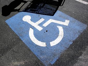 Сенаторы повысили штраф за парковку на местах для инвалидов