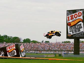 Ведущий Top Gear установил мировой рекорд по дальности прыжка на автомобиле