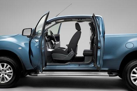Компания Mazda распространила фотографии новой версии пикапа BT-50