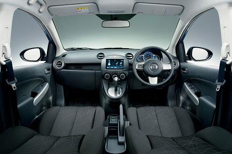 В Японии прошла презентация хэтчбека Mazda2 с новым 1,3-литровым мотором с прямым впрыском топлива. Фото 3