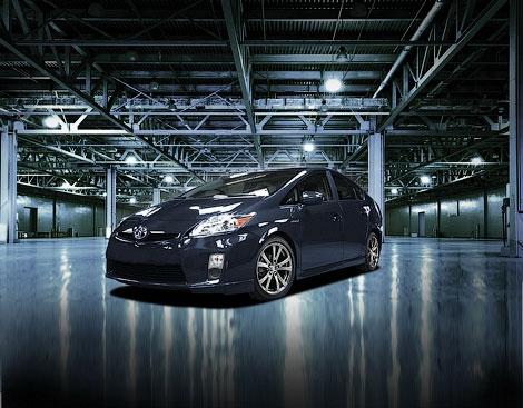 """Компания Toyota подготовила для """"Приуса"""" аэродинамический обвес кузова и заниженную подвеску"""