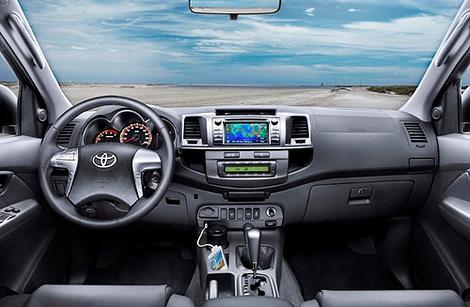 Пикап Toyota Hilux получил модернизированную внешность и интерьер. Фото 1