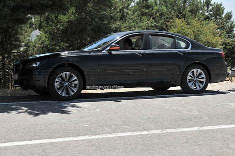 Появились шпионские фотографии рестайлингового седана BMW 7-Series. Фото 1