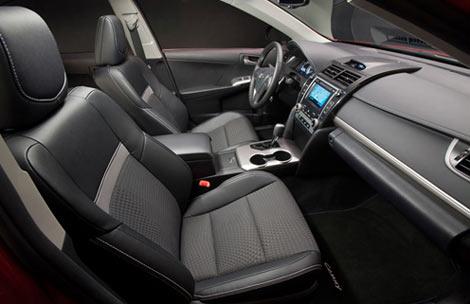 Компания Toyota опубликовала фотографию интерьера седана Camry нового поколения