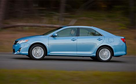 Седан Toyota Camry нового поколения получил новую внешность и модернизированные моторы