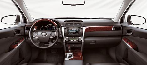 Российская версия нового седана Toyota Camry получила другой дизайн передней части кузова и новые задние фонари. Фото 1