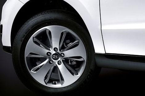 В России начинаются продажи рестайлингового кроссовера Hyundai Santa Fe. Фото 1