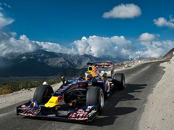 Болид Формулы-1 проехал по самой высокой автодороге в мире