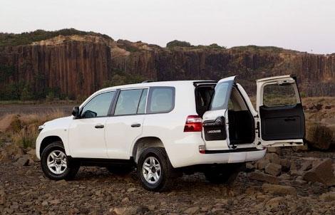 """Компания Toyota представила """"упрощенную"""" версию внедорожника Land Cruiser 200"""