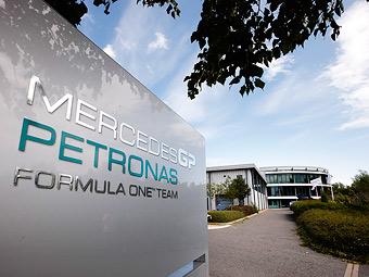 Титульный спонсор Mercedes AMG решил сократить расходы на команду