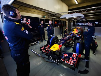 Red Bull и Ferrari на день перенесли третью тестовую сессию