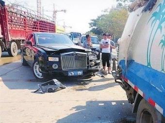 Китайским водителям автобусов запретили врезаться в дорогие автомобили