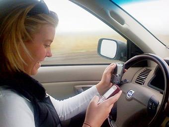 Девушки-водители пользуются телефоном в два раза чаще юношей
