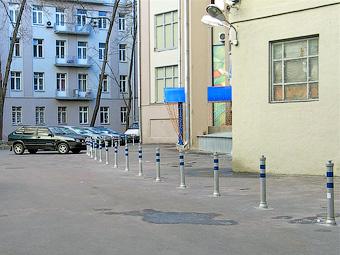 Московские тротуары защитят от автомобилей столбиками