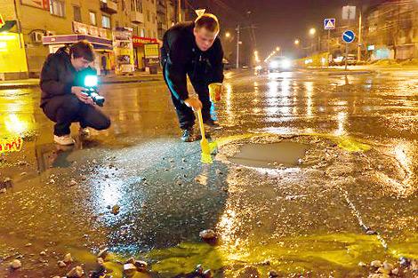 200 ям на дорогах Тольятти раскрасили в желтый цвет