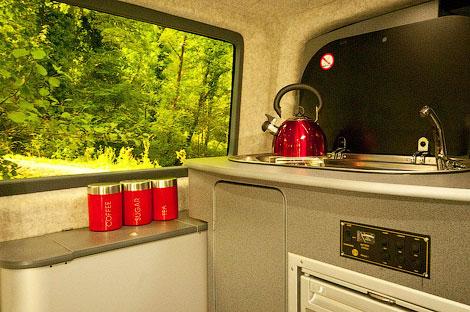 Компания Doubleback сделала фургон для кэмпинга с двойным кузовом. Фото 4