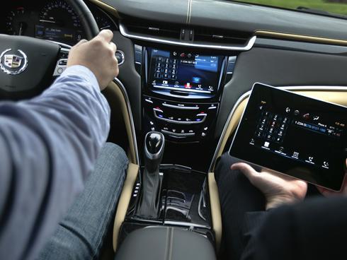 Портативный компьютер познакомит покупателей Cadillas XTS с новой мультимедийной системой автомобиля
