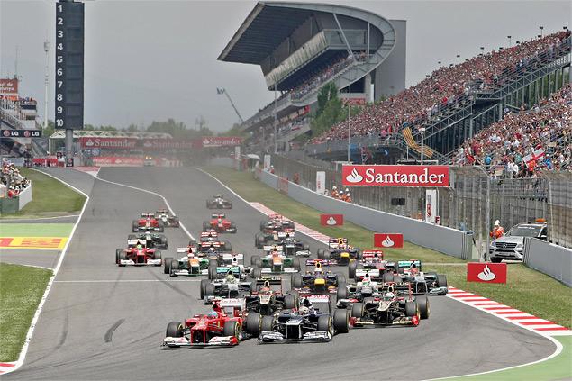 Формула-1 устроила в Барселоне шоу с огоньком. Фото 1