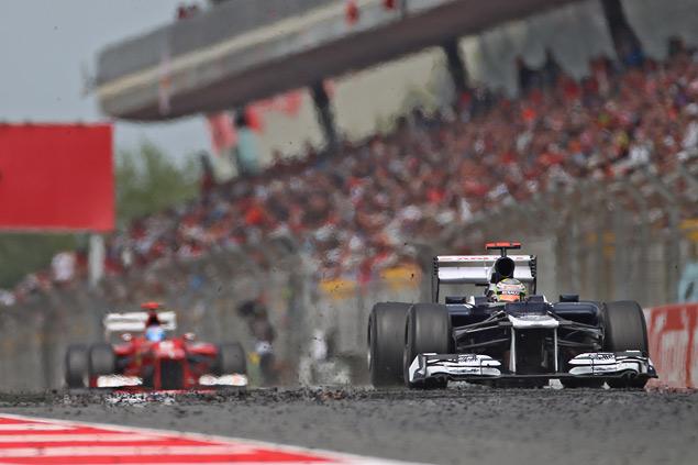 Формула-1 устроила в Барселоне шоу с огоньком. Фото 2