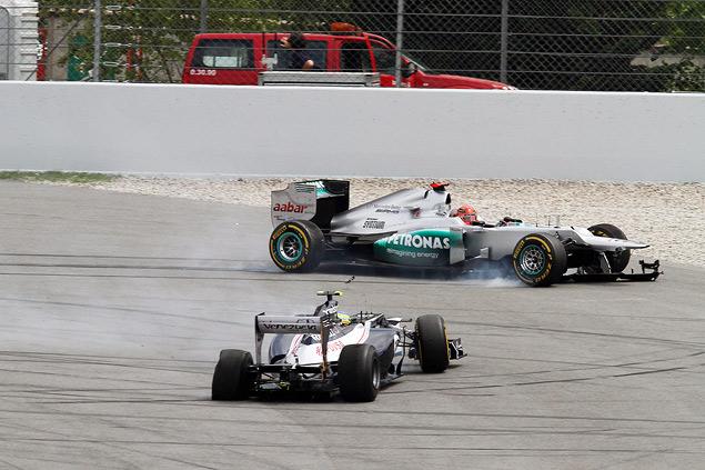 Формула-1 устроила в Барселоне шоу с огоньком. Фото 3
