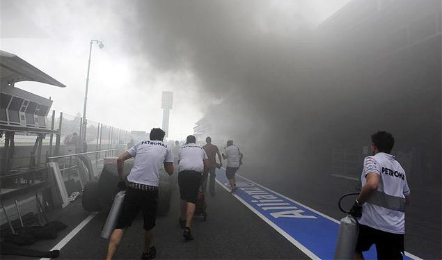 Формула-1 устроила в Барселоне шоу с огоньком. Фото 4