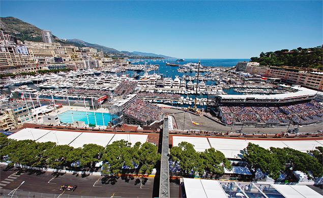 Формула-1 устроила в Барселоне шоу с огоньком. Фото 5