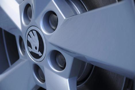 Производитель опубликовал тизеры седана Rapid