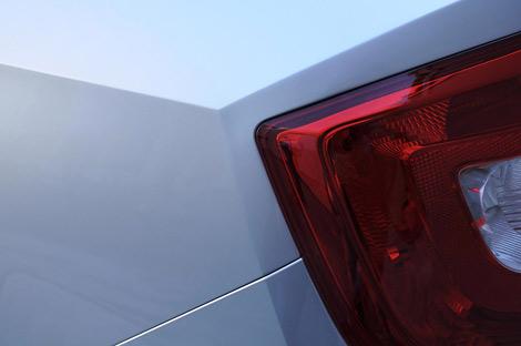 Производитель опубликовал тизеры седана Rapid. Фото 1