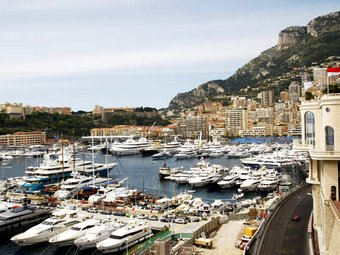 Экклстоун привез в Монако четырех больных детей