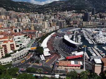 На трассе Формулы-1 в Монако застрял подъемный кран