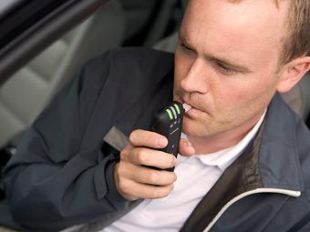 Французских водителей обязали возить с собой алкотестеры