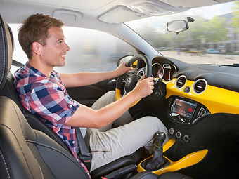 Машины научили распознавать жесты и мимику водителей