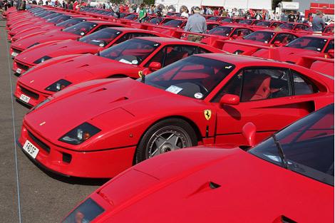 На автодром Сильверстоун приехало 60 одинаковых автомобилей. Фото 1
