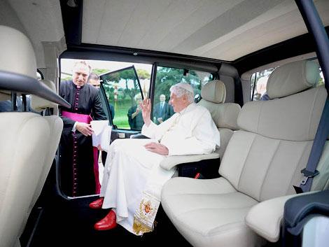 Одна из машин предназначена для поездок Папы по летней резиденции