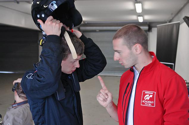 Как из обычных геймеров делают профессиональных гонщиков. Фото 22