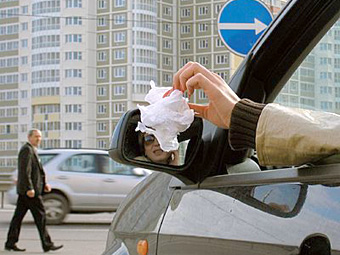 Депутаты предложили штрафовать за выброшенный из машины мусор