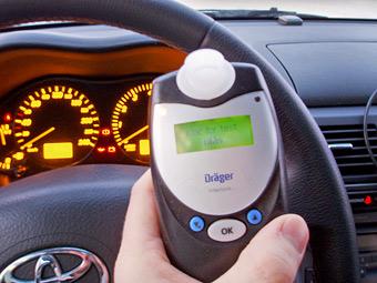 Пьяных водителей заставят установить в автомобили алкозамки