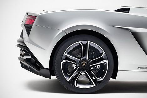 Суперкар получил новый передний и задний бампер. Фото 2