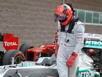 Команду Mercedes оштрафовали за опасный выпуск Шумахера из боксов