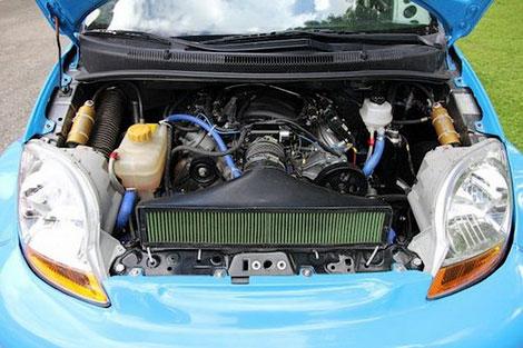 Мотор V8 трекового компакт-кара развивает 520 лошадиных сил
