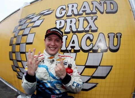 В последней гонке сезона пилот Chevrolet опередил трехкратного обладателя титула Ивана Мюллера