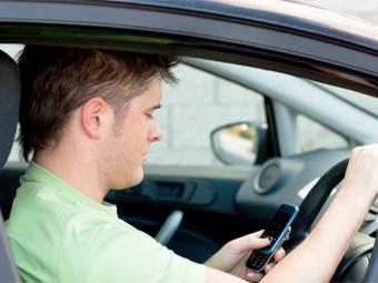 Половина американцев призналась в использовании интернета за рулем