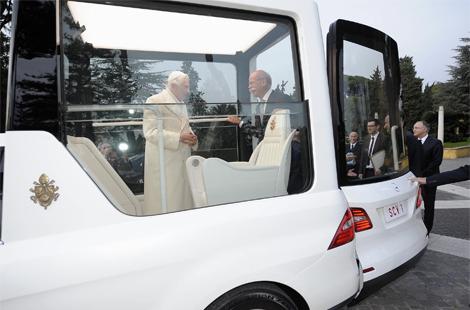 Машина будет использоваться для встреч с верующими в Ватикане. Фото 1