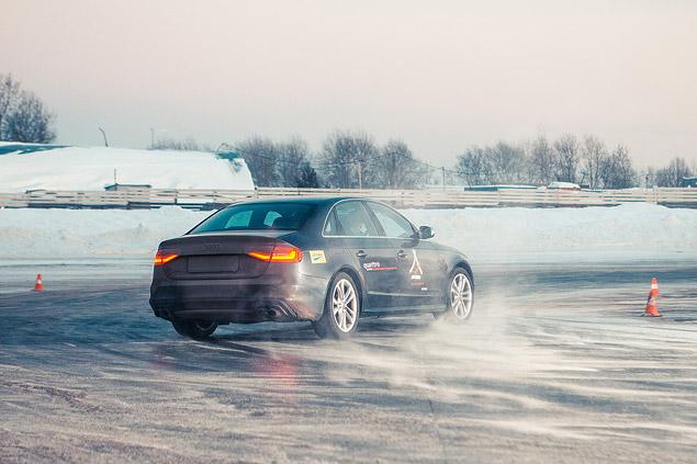 Берем уроки зимнего вождения в школе Audi quattro camp. Фото 3
