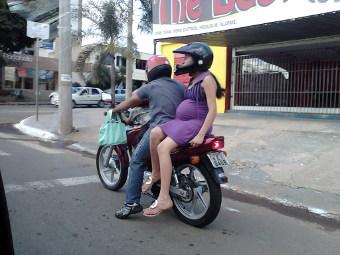 Индонезийских женщин заставят ездить на мотоцикле боком